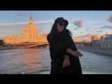 Ёлка танцует на яхте в Москве и подпивает свою новую песню.