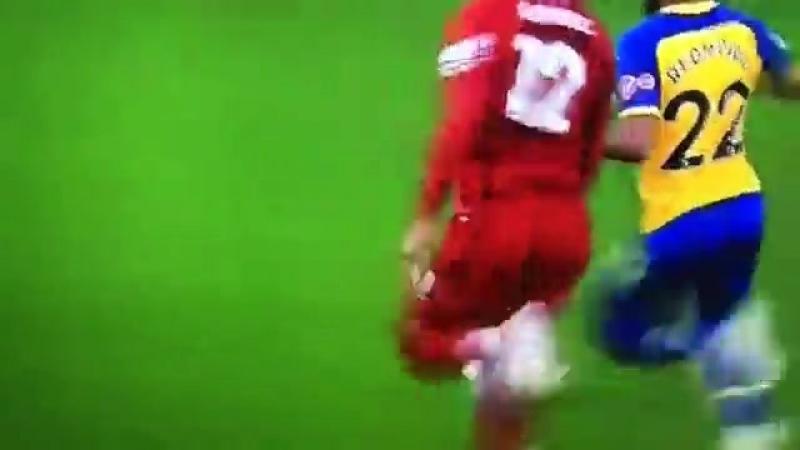 Гомес отбирает мяч у Редмонда