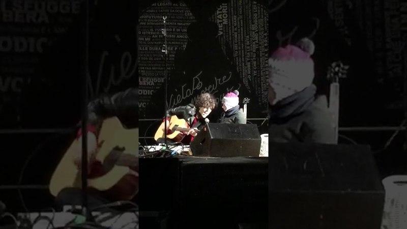 Ermal Meta canta Hallelujah con il piccolo Giuseppe (Pescara 1/01/18)