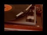 на кухне виниловый проигрыватель с пластинками элвиса пресли
