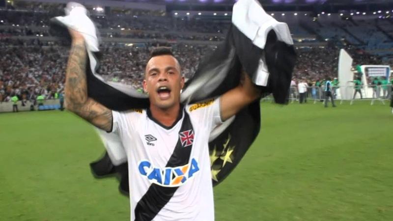 Emocionado, Bernardo canta com a torcida no Maracanã