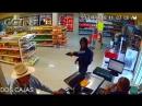 В мексиканском городе Монтеррей мужчина в ковбойской шляпе обезвредил вооруженного грабителя голыми руками