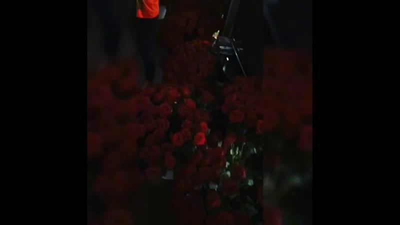 не известный ухажёр подарил Бузовой цветы