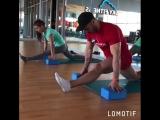 Мохамед Титу на растяжке у Ксении Сухановой, в фитнес-клубе☁ Sky Fitness