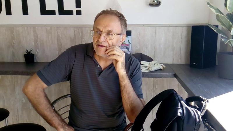 Николай Михайлович Филевский слушает песню в исполнении Димаша