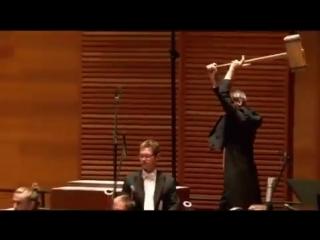 А сколько получает этот музыкант за концерт?