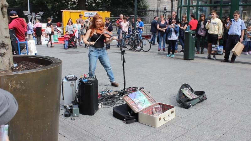 Ирландская красавица играет и поет ирландский фолк. Центр Дублина, 21.08.2018