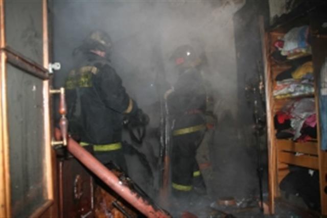 В Зеленчукской загорелся двухэтажный жилой дом