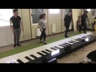 Просто НЕВЕРОЯТНО сыграли НОГАМИ ДЕСПАСИТО на пианино ( 240 X 426 ).mp4
