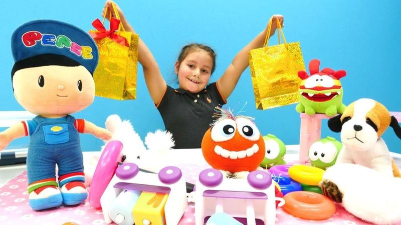 Pepee eski oyuncaklarını dağıtıyor. Eğitici çocuk videosu