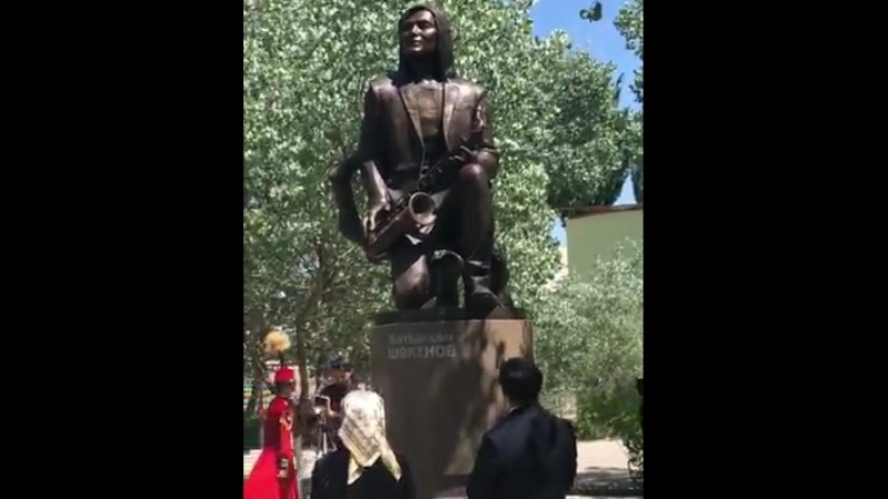 атырхан Шөкеновтың Анасы және АСтудио тобының солисті Байғали Серкебаев лентаны тартты