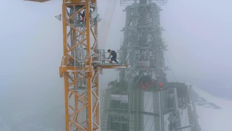Высотные работы по обслуживанию башенного крана Liebherr.
