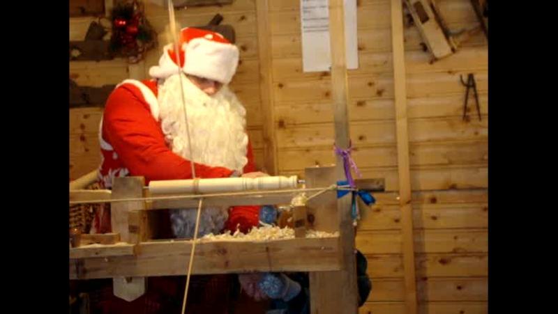 Дед Мороз в Бирюльках токарничает - на все руки мастер.
