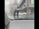 В Приморье полицейский перевёл пожилую женщину через дорогу