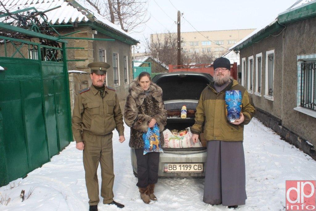 Луганские казаки и духовенство передали благотворительную помощь вдове ополченца