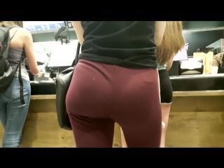 Молоденькая девочка и её попка в красных лосинах   Leggings ass