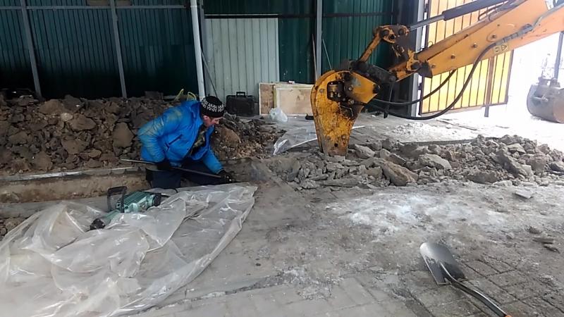 Копаем траншею под водопровод промерзла на 1м