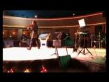 Саша Велес исполняет соло.