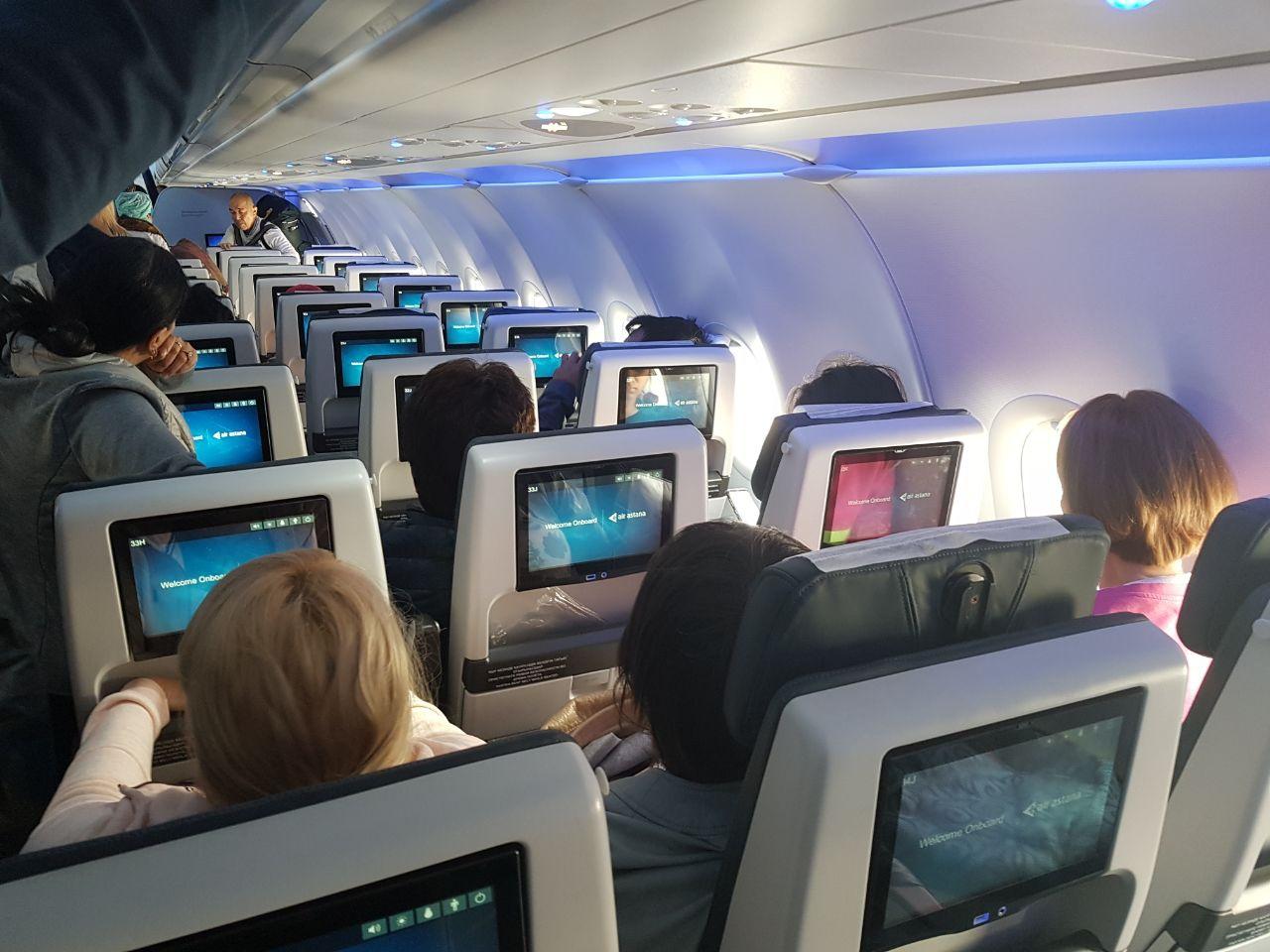 Самолет Air Astana, уютно вкусно, и можно смотреть фильмы, мы летели 3 и 5 часов на двух рейсах
