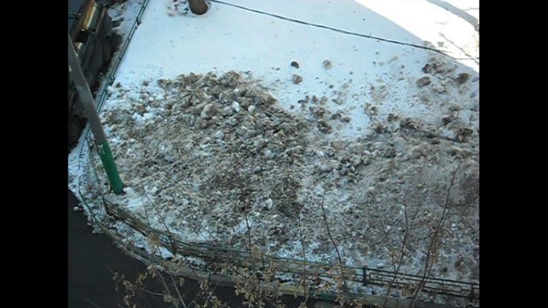 Загаженные реагентами газоны в Измайлове. 30.03.2018