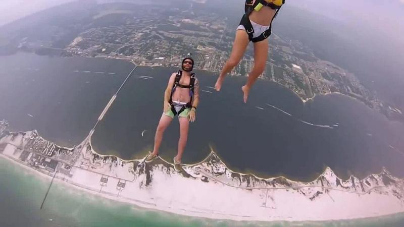 Улётное развлечение - прыжок с парашютом! (Ребята прыгают с вертолёта!)