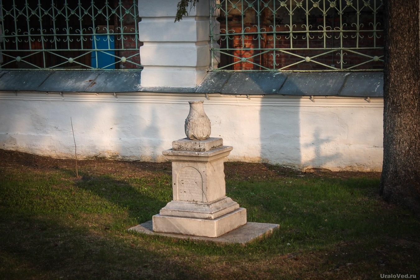 Старинные надгробные памятники около церкви в Талице