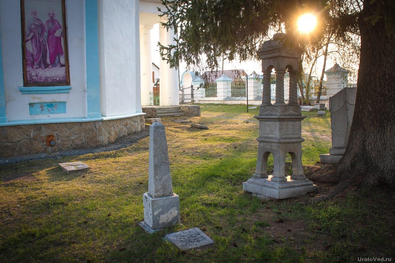 Старинное кладбище около церкви в Талице