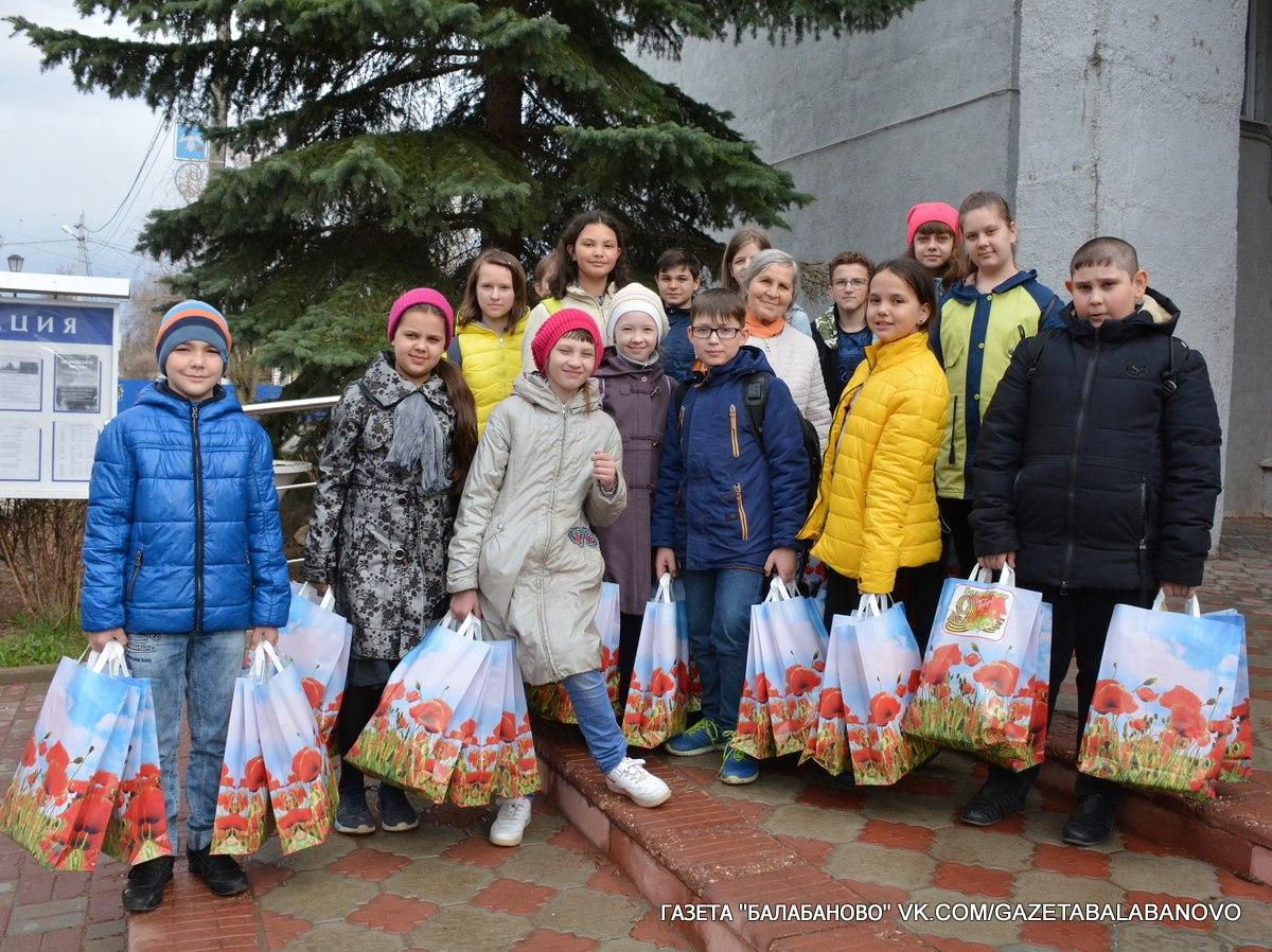 Волонтеры и школьники вручают подарки ветеранам