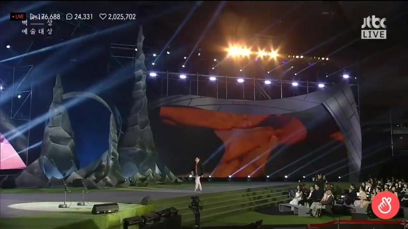 Myungsoo and go ara presenting an award