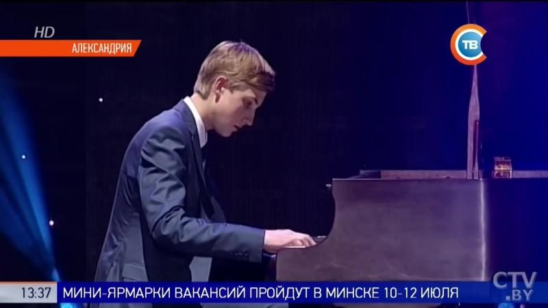 Николай Лукашенко играет на фортепиано «Вяртанне да спадчыны»