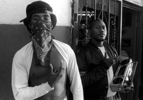 Как выглядели банды Лос-Анджелеса в эпоху своего расцвета (описания под фото) В 80-е и 90-е годы уличные банды Лос-Анджелеса переживают свой расцвет и золотую эру. Если в 1975 в городе