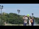 Люди запускают воздушные шарики в небо, город Орёл