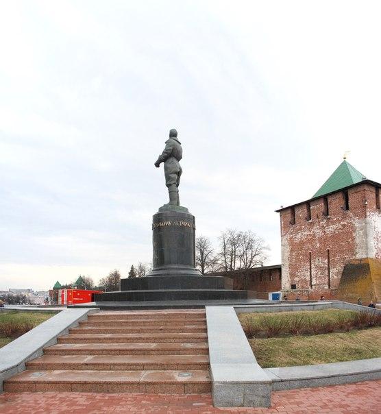 Памятник Чкалову  30 апреля 2018