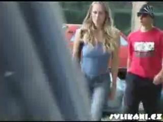 Девушек раздевают прям на улице русский музон — pic 13
