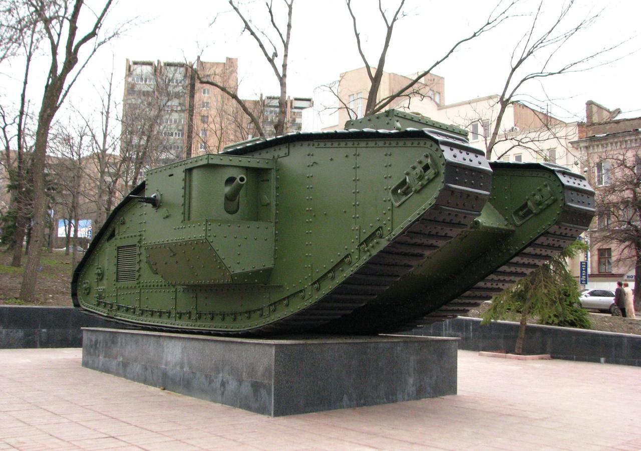 Английский танк выпуска 1919 года на постаменте в Ворошиловграде