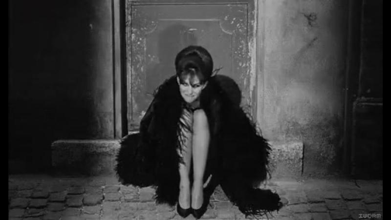 Умная женщина всегда знает, где надо промолчать... знает, блин, но промолчать не может.....;