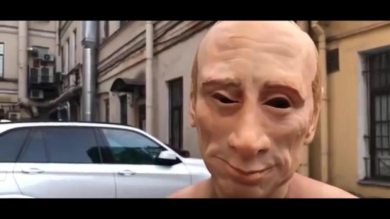 Путин проехал на тележке запряженной пенсионерами