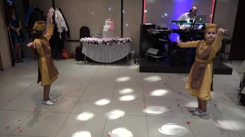 Две красотки специально станцевали для невесты