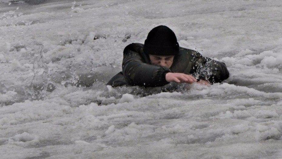 32-летний мужчина решил дойти по замершему заливу до Таганрога из Приморки, но провалился под лед