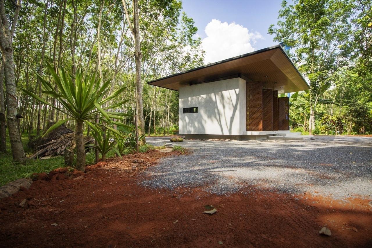 Phatthalung House / Rakchai Norateedilok Architect