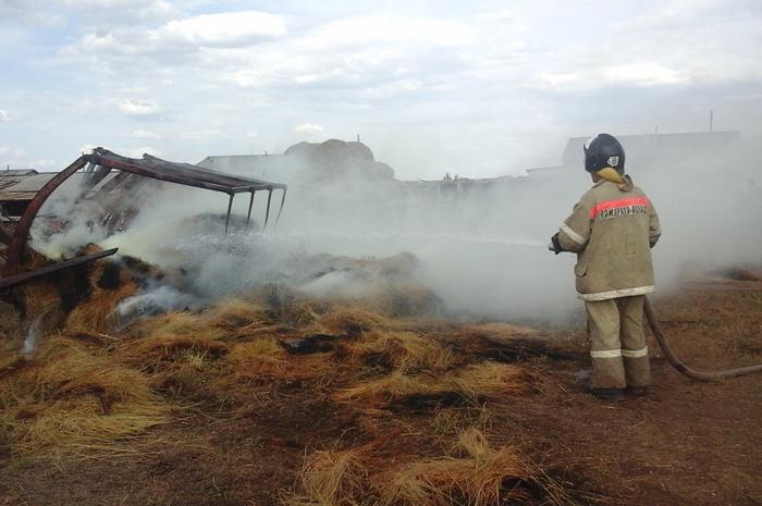 Пожар уничтожил 20 рулонов сена в Зеленчукской