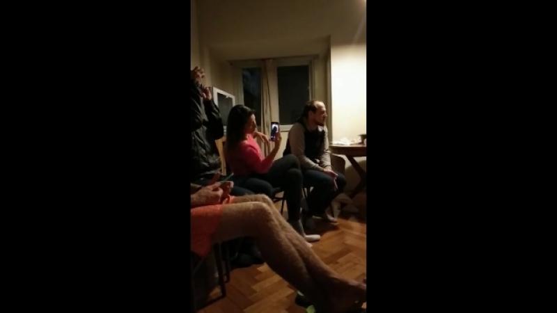 Leonardo Ramos y Alexander De Mente estan tocando y cantando