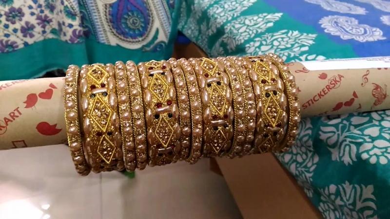 Красный, зеленый и золотой каменные браслеты с жемчуг.