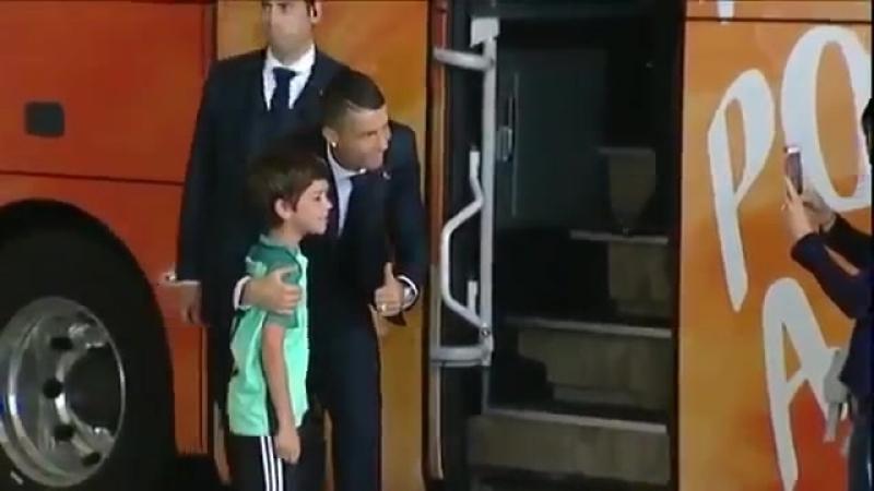 Мальчик решил, что шанс встретиться с кумиром упущен... Но Криштиану Роналду вышел из автобуса, чтобы утешить молодого фаната