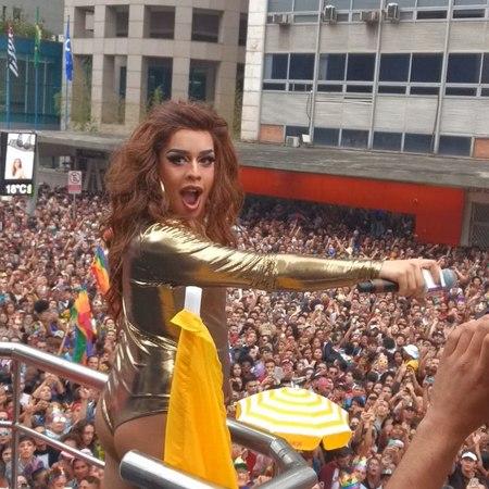"""RD Comunica on Instagram: """"Quem também arrastou a multidão ontem na ParadadoorgulhoLGBT2018, foi a @gloriagroove Sente o retorno do público..."""
