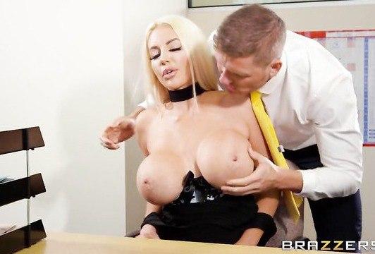 Белокурая порнозвезда с силиконовой грудью страстно совокупляется в письку на столике