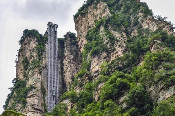 Лифт Байлун или «Лифт Ста Драконов» — это самый высокий внешний лифт в мире. Он поднимает туристов на высоту 330 метров, на смотровую площадку на вершине горы в национальном парке Чжанцзяцзе в провинции Хунань.