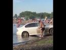 Мужчина решил помыть машину прямо возле купающихся людей