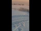 Мазда бонго едет по снегу.