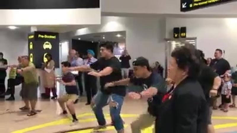 Família recebe filho no aeroporto na Nova Zelândia